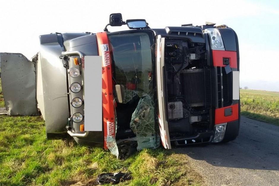 Kierowca prawdopodobnie zjechał na miękkie pobocze, co doprowadziło do wywrócenia pojazdu.
