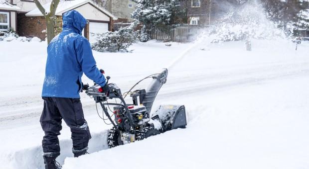 Zimowe usługi: Ile kosztuje odśnieżanie placów i dachów?