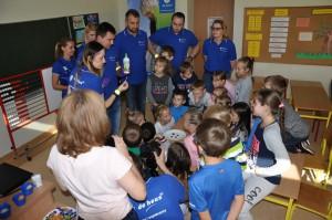 Doświadczenia z colą, octem, płynem do naczyń i sodą wzbudziły wielkie zainteresowanie dzieci