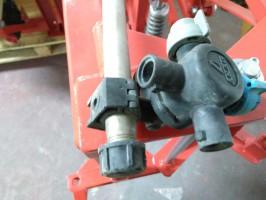 W sytuacji gdy opryskiwacz jest wyposażony w doprowadzenie cieczy za pomocą rurek ze stali nierdzewnej, należy odkręcić korki na końcach rurek aby uniknąć ich wysadzenia przez zamarzającą wodę