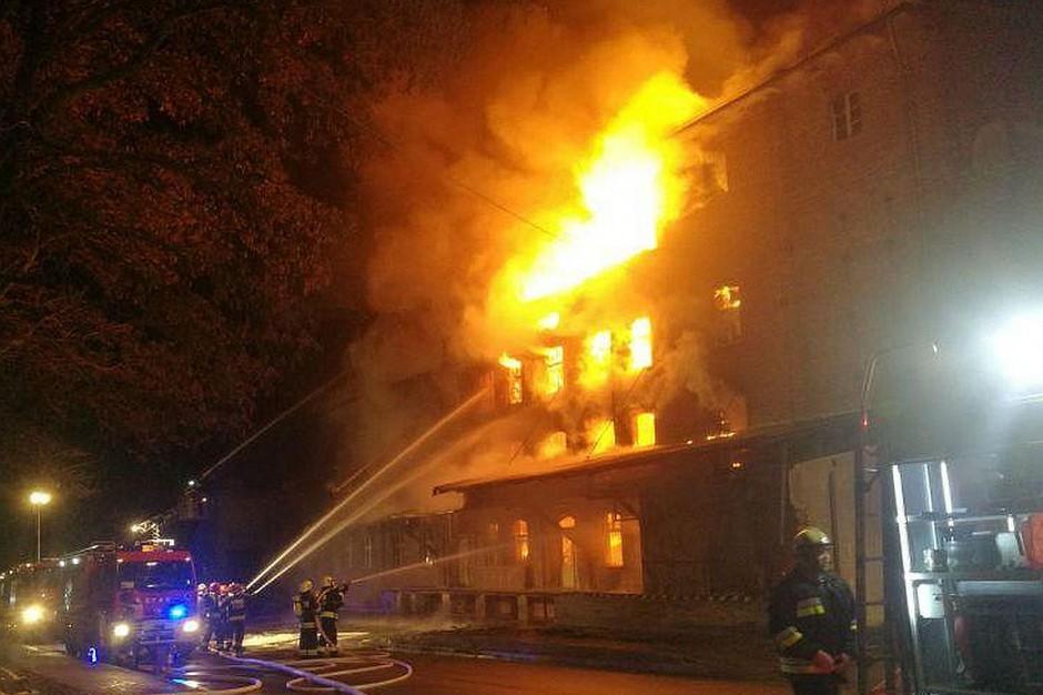 Ogień szybko strawił drewniany strop piwnicy i obejmował  kolejne kondygnacje młyna.