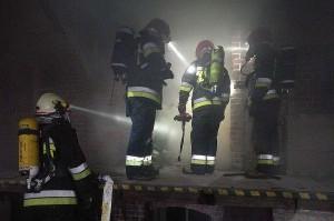 Ze względu na silne zadymienie strażacy musieli działać w aparatach tlenowych.