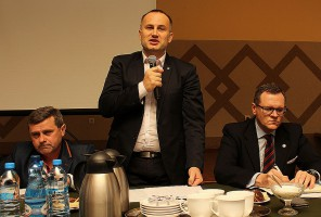 Samorządy, organizacje rolnicze i służby chcą działać i współpracować, ale wciąż brakuje nam jasnych informacji - mówi wicestarosta powiatu piotrkowskiego Piotr Wojtysiak.