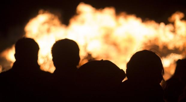 Policjanci wynieśli kobietę z płonącego domu