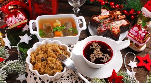 Na wigilijnym stole obok kapusty i miodu także czosnek, jabłko i chleb