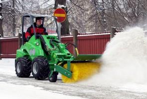 Szczotka obrotowa do śniegu pozwoli dokładnie posprzątać zbity śnieg i lód .