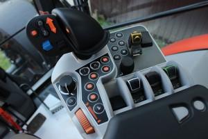 Wielofunkcyjny joystick pozwala obsługiwać nie tylko przekładnię, lecz także podnośnik i hydraulikę zewnętrzną