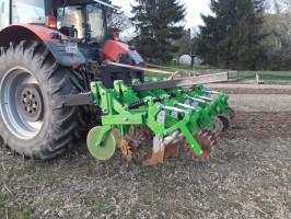Pierwszą sekcję maszyny do uprawy strip-till autorstwa Pawła Pietrzaka stanowią talerze rozcinające glebę. Kolejną są gwiazdy rozgarniające resztki roślinne pozostające na polu przed sekcją uprawową. Za uprawę odpowiadają zęby, których głębokość pracy (do ponad 20 cm) można ustalić skokowo za pomocą śrub mocujących. Służą one jednocześnie jako redlice aplikujące doglebowo nawóz. Za zębami umieszczone są kółka dociskające, fot. P. Pietrzak