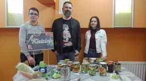 Podczas szkolnych warsztatów kulinarnych uczniowie przyswajają m.in. techniki kiszenia warzyw i owoców, poznają tradycyjne przepisy i metody kiszenia z różnych części świata, a także zasady bezpieczeństwa i higieny domowego kiszenia