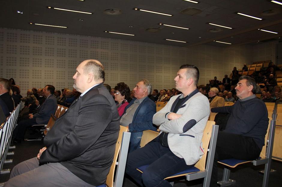 Choć na widowni wiele miejsc pozostało pustych, debata miała bardzo gorący przebieg.