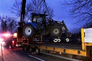 Ciągnik ze względu na zbyt duże uszkodzenia trzeba było załadować na lawetę.
