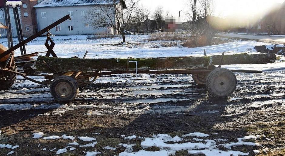 Rolnik w trakcie jazdy spadł z wozu