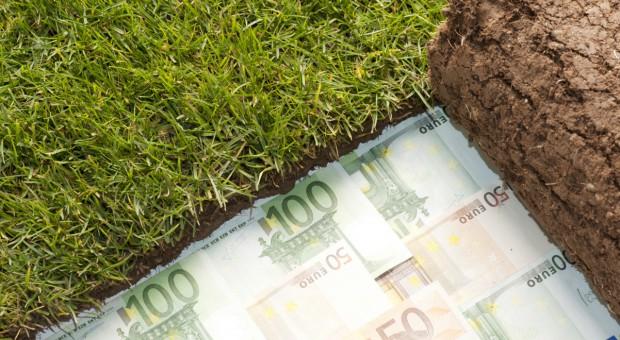 Macron: Będą ograniczenia zakupu gruntów rolnych przez cudzoziemców