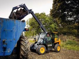 Mimo bardzo małych wymiarów ładowarka JCB 516-40 Agri ma udźwig równy 1600 kg…