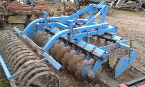 Rolnik chwalił materiał, z którego została wykonana maszyna. Po pięciu latach eksploatacji na ciężkich glebach nie widać pęknięć, uszkodzeń a farba cały czas w nienagannym stanie.