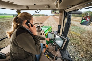 Operatorka uzyskująca wsparcie dzięki RDA, fot. John Deere