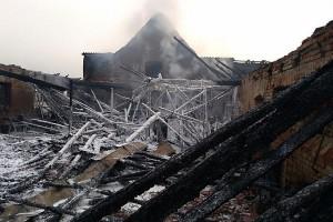 Więźba dachowa na chlewni spłonęła doszczętnie.