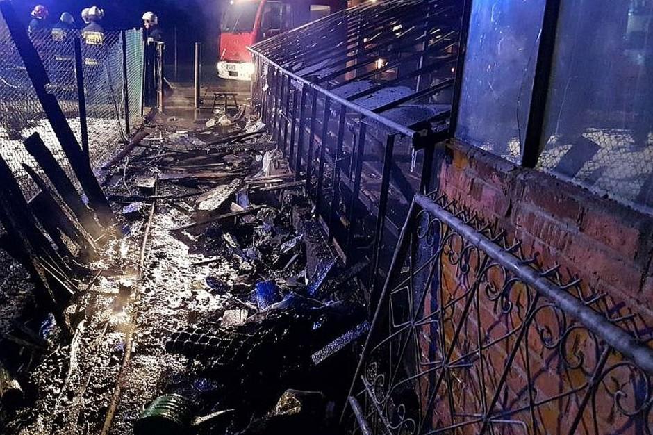 Dzięki szybkiej reakcji policjantów, ogień nie przeniósł się na budynek mieszkalny i garaż.