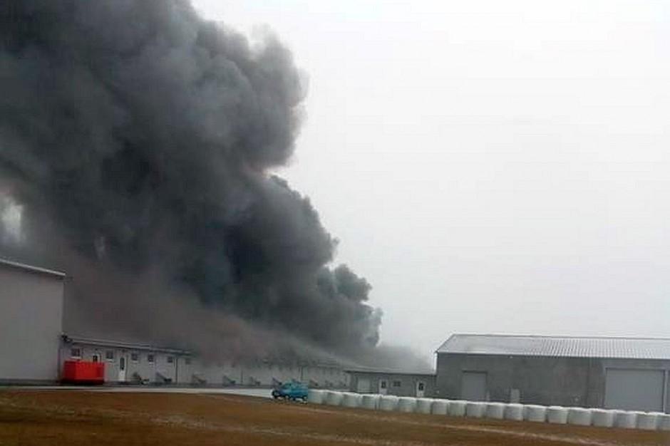 Kłęby czarnego dymu widać było z odległości kilku kilometrów.