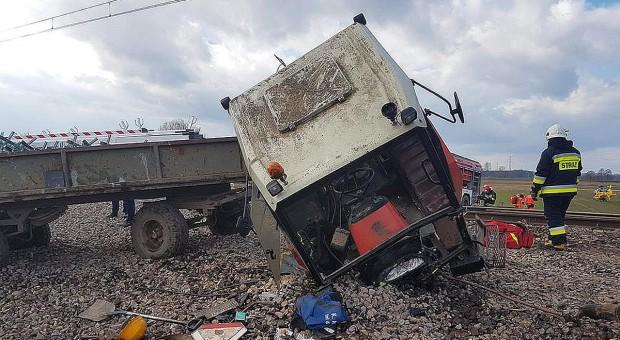 Traktor roztrzaskany przez pociąg