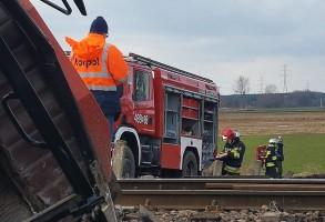 Ruch kolejowy został wstrzymany, a miejsce wypadku zabezpieczyli strażacy.
