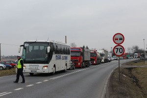 Nad bezpieczeństwem protestujących i kierowców czuwała w Skalmierzycach policja. Choć tworzyły się kilometrowe korki, kierowcy wyrażali poparcie dla rolników.