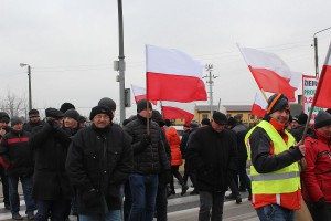 Mimo przenikliwego wiatru i zimna protestujących rolników w Skalmierzycach wciąż przybywało.