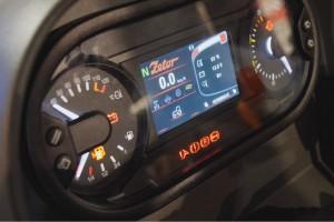 Nowe zegary z centralnie umieszczonym ekranem komputera pokładowego. Wyświetlanie podstawowych parametrów można dostosować do potrzeb za pomocą przycisków umieszczonych po bokach fot. AS