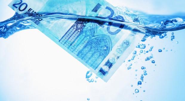 Pomysłowy naciągacz: Sprzedał wodę w cenie paliwa