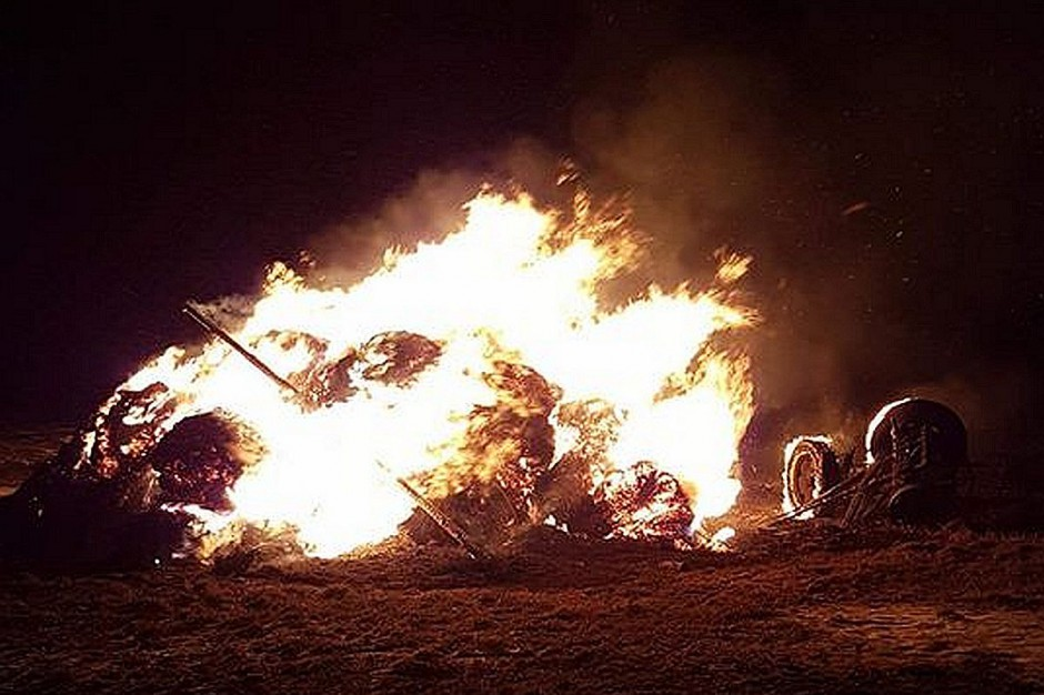 Piroman podpala głownie sterty słomy, ale ogień w każdej chwili mógł przenieść się na domy i zabudowania gospodarcze.