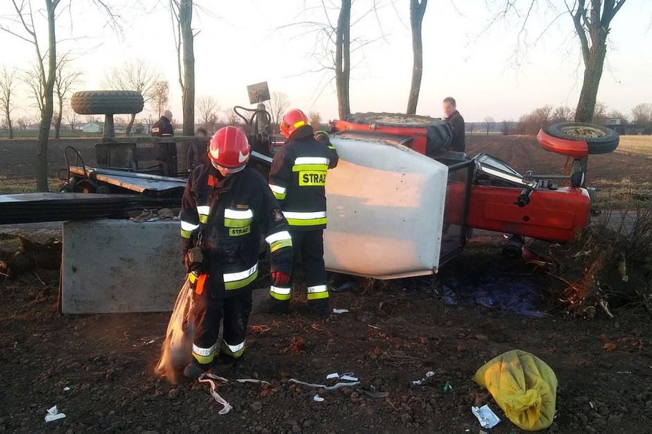 Ciężko rannego rolnika wydostali spod maszyny strażacy