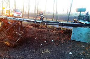 Karpa na długim wysięgniku przeważyła i wywróciła urządzenie wraz z traktorem