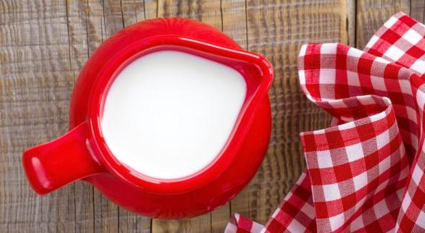 UE: W lutym spadła średnia cena płacona za mleko