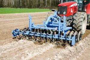 Uprawia glebę i dociąża traktor