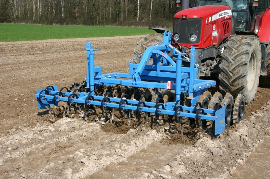 Na glebach lżejszych wystarczy właściwie jeden przejazd agregatu uprawowo-siewnego, nawet biernego, do tego, żeby jednocześnie przygotować glebę i przeprowadzić siew