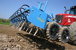 Ważący 1200 kg agregat skutecznie zastępuje przedni obciążnik, niezbędny przy ciężkich agregatach siewnych