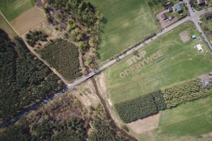 Napis powstał w miejscu, gdzie według wcześniejszych planów było lokalizowane zwałowisko kopalni. Teraz PGE chce zasypywać najlepsze tereny rolnicze i gospodarstwa.