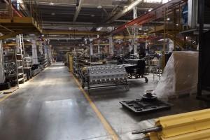Komponenty potrzebne do złożenia maszyn są poukładane w wydzielonych miejscach