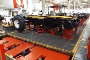 Maszyny są do poszczególnych stanowisk transportowane za pomocą specjalnych, poruszających się z pomocą słowników hydraulicznych płyt