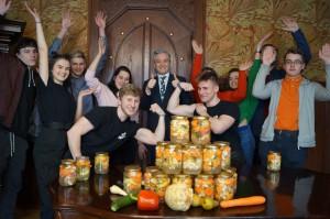 Młodzi słupszczanie pasjonują się kiszeniem warzyw i owoców, popularyzują wiedzę dotyczącą procesu fermentacji oraz kultywują bardzo długą w Polsce tradycję kiszenia. Uczniowie swoimi działaniami i inicjatywami zainspirowali prezydenta Słupska Roberta Biedronia – tak narodziła się wspólna koncepcja warsztatów kiszenia warzyw i owoców, mająca za zadanie integrować i aktywizować młodzież poprzez uczestnictwo w oryginalnych i nietypowych wydarzeniach edukacyjnych, z korzyścią dla zdrowia i dobrego samopoczucia
