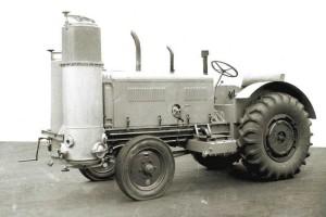 Zasilanie gazem drzewnym możliwe było dzięki gazogeneratorowi. Ze względu na brak dostępu do konwencjonalnych źródeł energii, rozwiązanie było bardzo popularne podczas II wojny światowej w pojazdach cywilnych, źródło: http://atr-agri.com