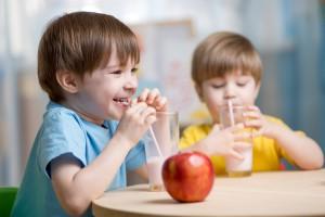 Unia dała, a rząd wziął – dzieciom, z programu na mleko i owoce w szkole