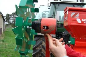 Koło kopiujące z czujnikiem w agregacie Agro-Masz Grass 300 przekazuje prędkość roboczą do sterownika, fot ArT