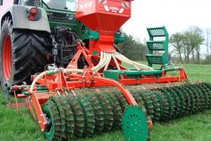 Agro-Masz Grass 300 wyposażony jest w siewnik poplonów SP200, fot. ArT