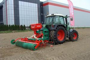 Pokaz pracy odbył się również na polu zaoranym, w tle imponujące zabudowania fabryki Agro-Masz, fot. ArT
