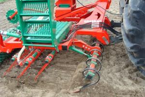 Dużą zaletą agregatu Agro-Masz 300 jest regulowana hydraulicznie przednia włóka wyrównująca, fot. ArT