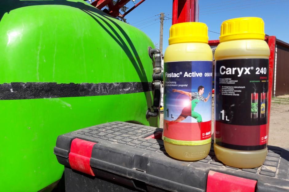 Zestaw środków firmy BASF składający się z regulatora Caryx 240 i środka owadobojczego Fastac Activ 050