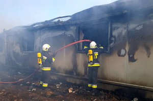 Dach w budynku zawalił się do środka. Dlatego strażakom nie udało się uratować żadnego zwierzęcia. Foto: OSP Objezierze