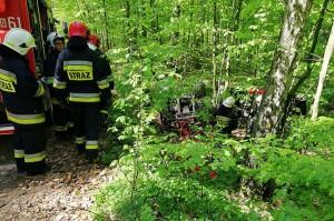Nie wiadomo dlaczego ciągnik zjechał z leśnej drogi.