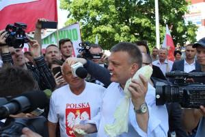Starosta na znak poparcia zjadł jedną kapustę, by pokazać rządzącym, że polskie warzywa są zdrowe i dobrej jakości.